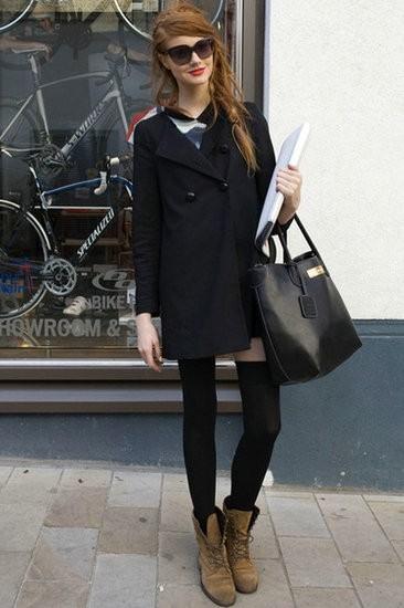 黑色大衣+短裤+短靴