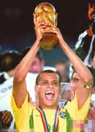 2002年韩日世界杯,里瓦尔多捧起大力神杯。