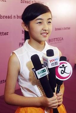 6年级女生张子枫获邀赴服装发布会 被赞天真可