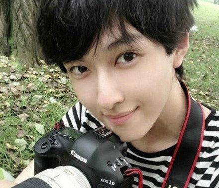 18岁男子凭美貌走红韩国论坛 整形专家 没整容