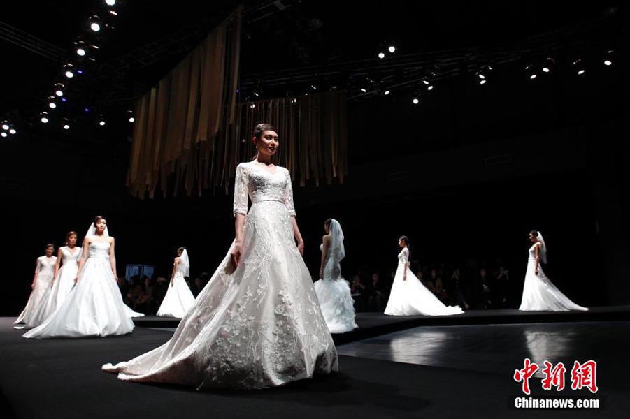 模特婚纱晚礼服走秀 展现高雅之美