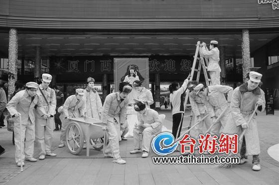 海沧阿罗海广场举办 活雷锋雕塑展图片