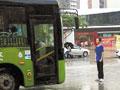 男生以身挡公交挽留女友