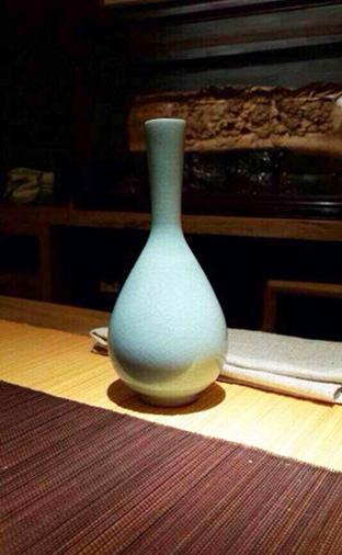 瓷器:《粉青釉鹤颈胆瓶》