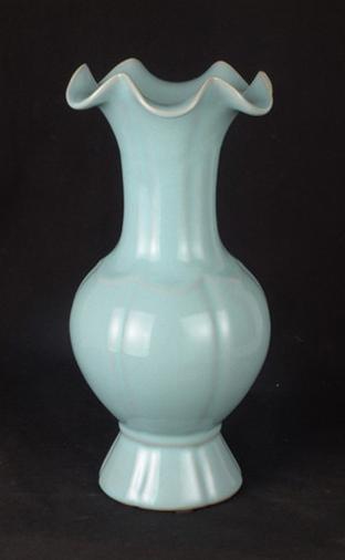 瓷器:《汝瓷荷叶瓶》