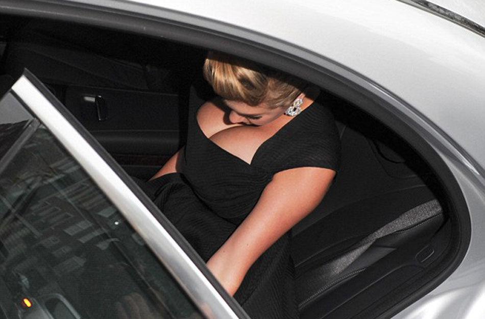 《另一个女人》首映 阿普顿着性感裙艰难下车