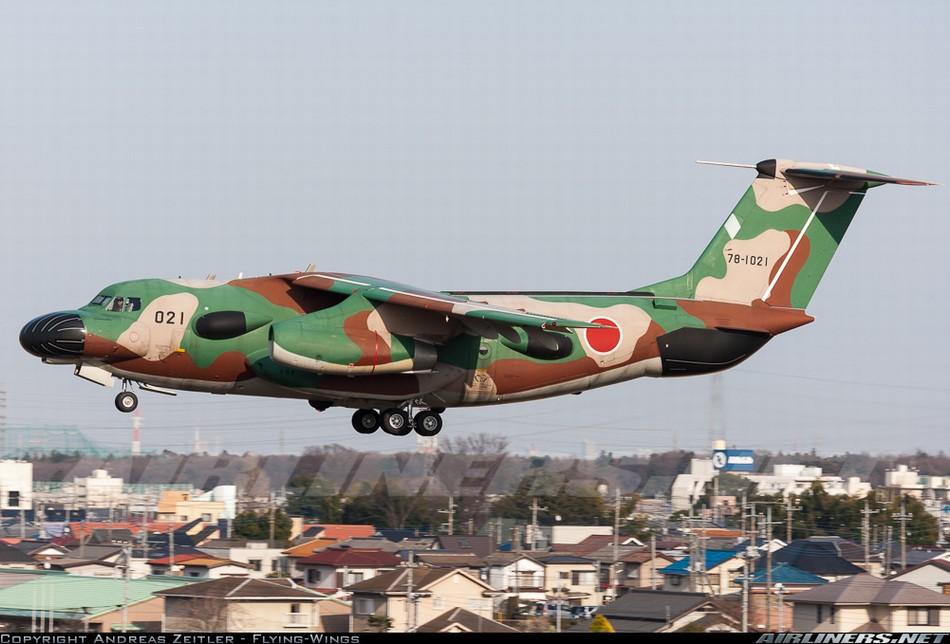 近日,日本C-1侦察机的最新训练照曝光。C-1是日本川崎重工业公司研制的双发中型战术运输机,用于取代日本航空自卫队的C-46运输机。C-1的设计要求是具有在日本列岛内不中途加油飞到全国各地的续航能力,具有全天候性能和空投、空降和短距起落能力等。在日本C-1运输机基础上改进而成的EC-1电子战机,安装了多种雷达,为了性能需要,改变了外形。而飞机的机头的雷达罩也仿佛成了一个香肠嘴。虽然看这这架飞机的外形非常奇特,甚至滑稽,但是机不可貌相,EC-1电子战机是日本使用最广泛的电子战机,经常出没于东海等地收集电子