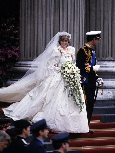 身上.回顾史上最美的10件婚纱,见证它们背后五彩缤纷的故事.戴
