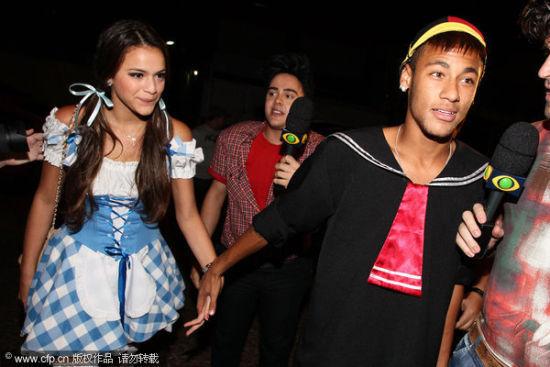 内马尔和他女友合照_内马尔赛后晒与女友亲密合影庆祝情人节