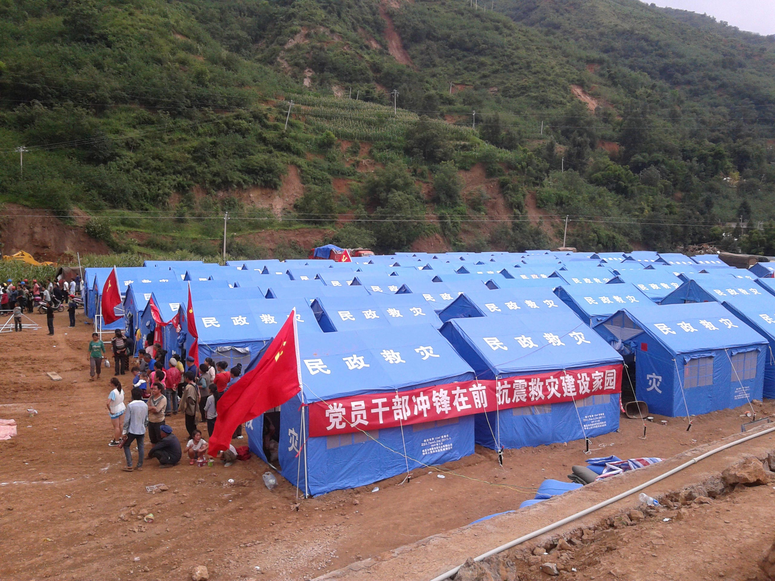 灾区观察:部分物资派送混乱 村民称帐篷不抢领不到