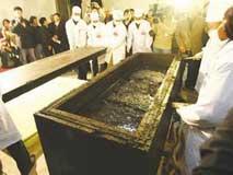 古墓传奇:千年棺盖显露清晰人形