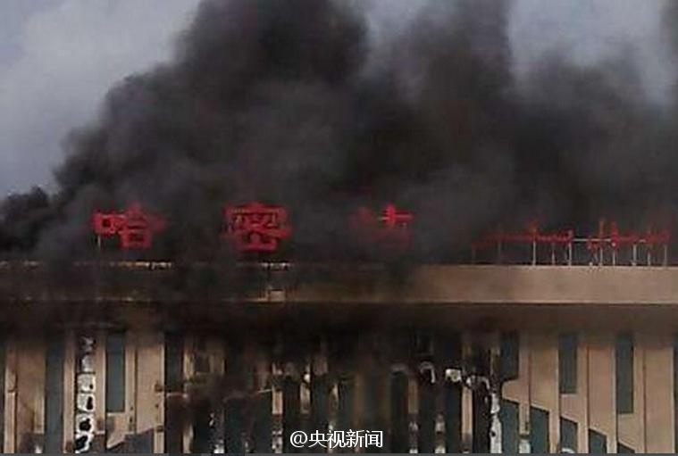 快讯:新疆哈密在建火车站发生大火 浓烟滚滚(组图)