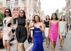 威尼斯:中国模特高调亮相电影节引骚动