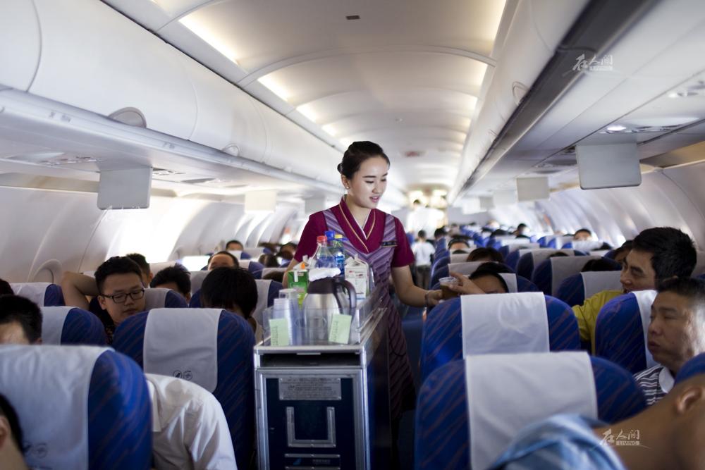 """""""长沙飞往北京的航班上,范欣微笑着询问每一位旅客."""