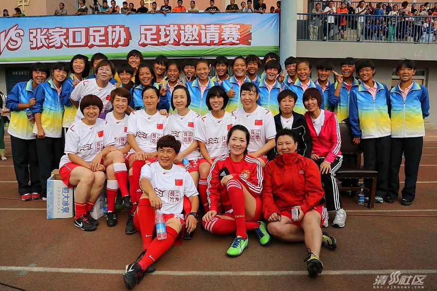 99一代铿锵玫瑰再聚首 老女足PK张家口足协 - 人在上海    - 中国新闻画报