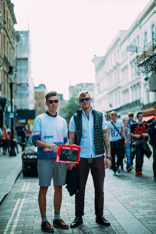 伦敦街拍客休闲风不输宫廷范 凹造型没配饰也时髦图片