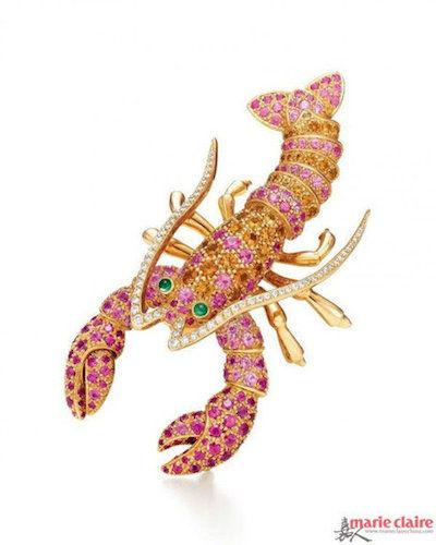 蛇形戒指,蜷曲的身体紧紧裹住一个紫色钻石球,红配紫,碰撞出蛇的