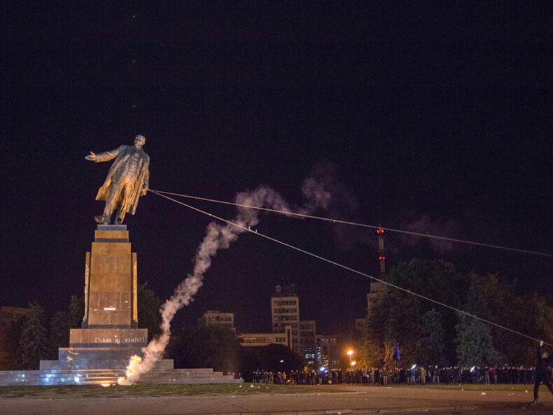 乌克兰反俄新战场 最大列宁像一夜被毁
