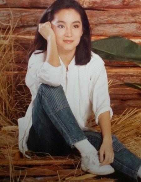 《云去云来》,新书封面提前曝光,照片中林青霞身穿黑色深v上衣,造型图片