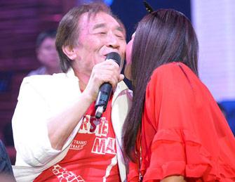 72岁张帝开唱美女献吻表白