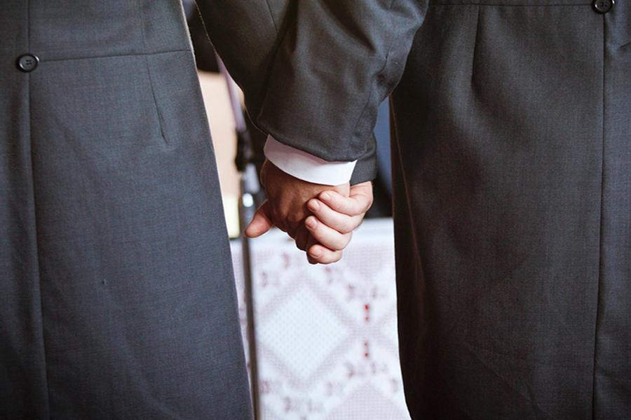 有研究者以问卷和访问调查了巴西、土耳其和泰国三地的成年男子,共有878个对象,当中177人是同性恋者,157人是双性恋者,544人是异性恋者。从结果来看,男同性恋者童年时对运动较不感兴趣,较多跟女孩子玩,性格也没那么有侵略性。