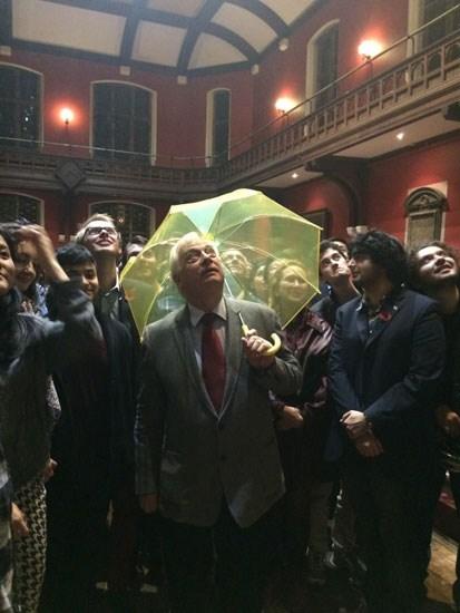 """""""末代港督""""彭定康早前出席牛津辩论社活动时,撑开黄色雨伞与学图片"""