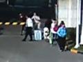 深圳女子不服判决当众殴打女法官 甩包砸头