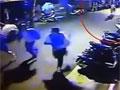 实拍男子提刀街头砍人 3名大学生狂奔逃命