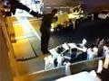 男子悬立楼顶扬言自杀 被消防员一脚飞踹下楼