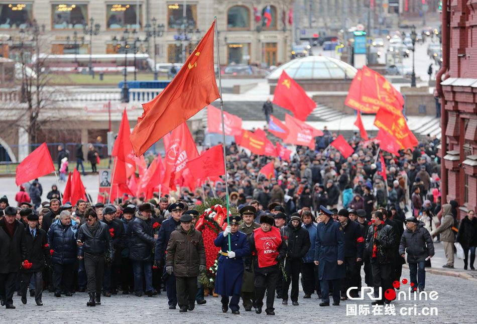 俄民众纪念斯大林诞辰135周年 举红旗游行(组图)