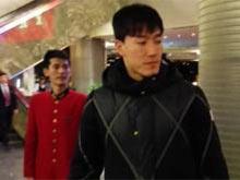 刘翔现身女记者被挤倒
