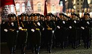 实拍解放军仪仗队通过红场 习近平挥手致意