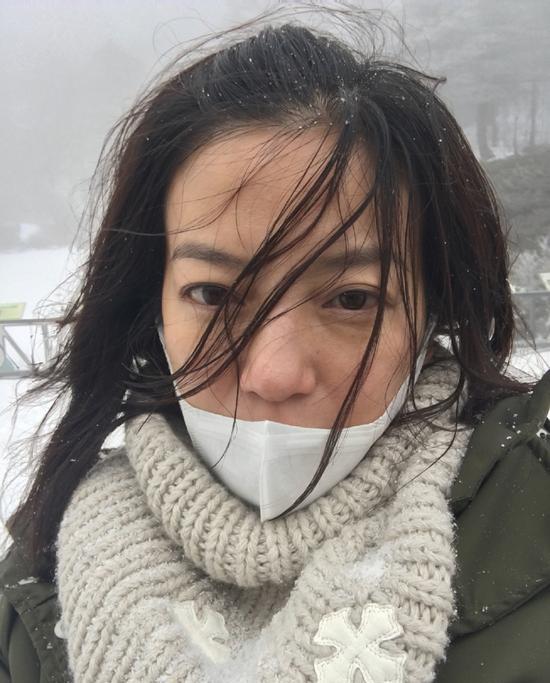 赵薇晒雪地素颜自拍照