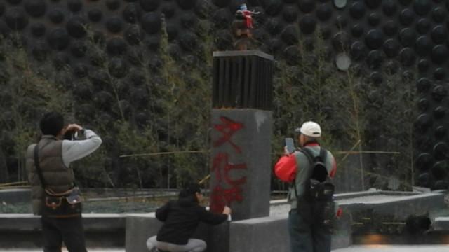 """成龙赠台北故宫""""12生肖兽首""""遭泼红漆(图)"""