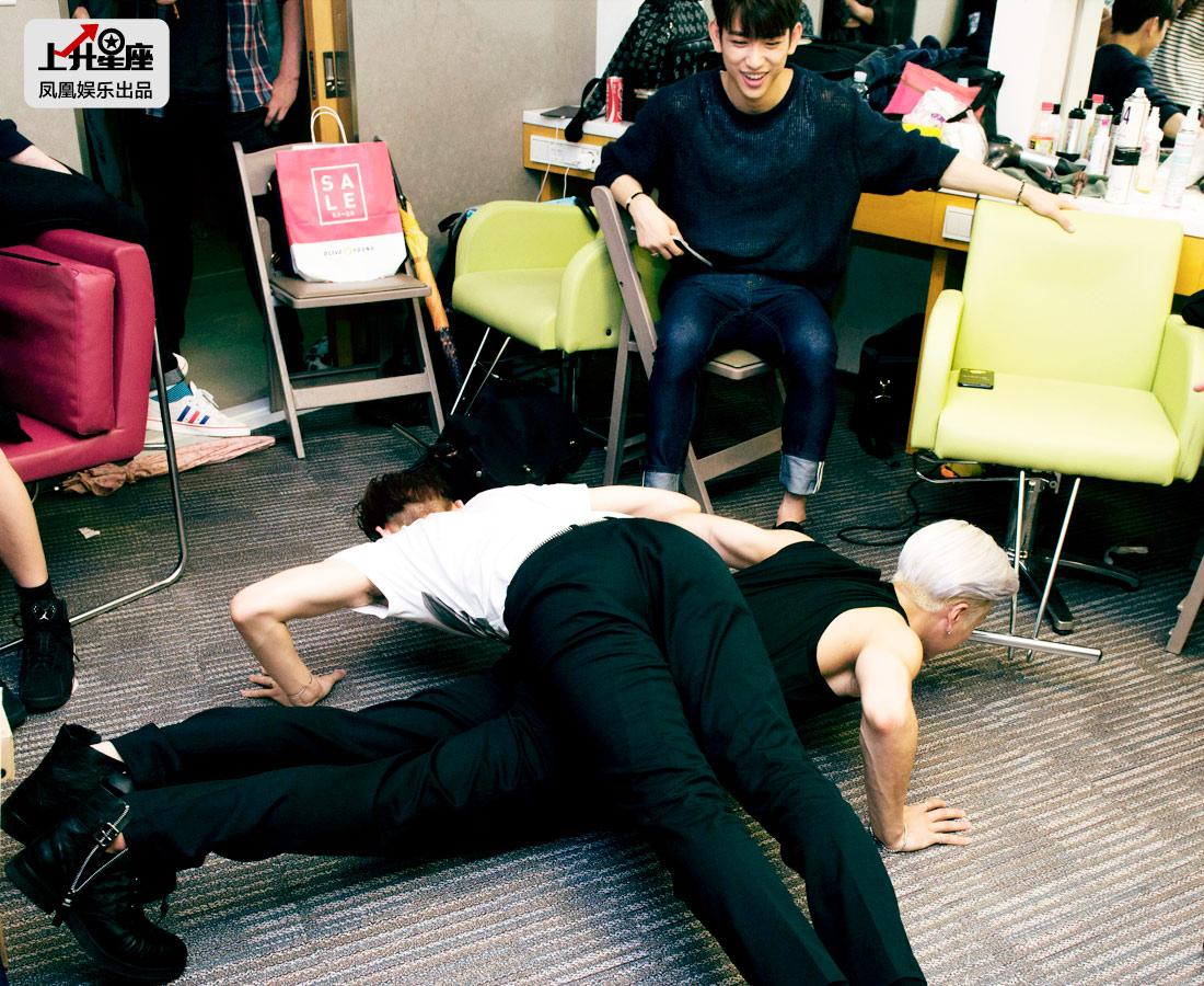 走进Mnet《M!Countdown》的候机室,GOT7七子正在后台地准备着。离节目录制还有些时间,队长JB和中国籍成员Jackson王嘉尔玩起了体力比拼,Junior坐在一旁担任评判,气氛火爆。