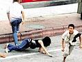 监拍两男子深夜抢劫单身女 摁倒后一顿暴打