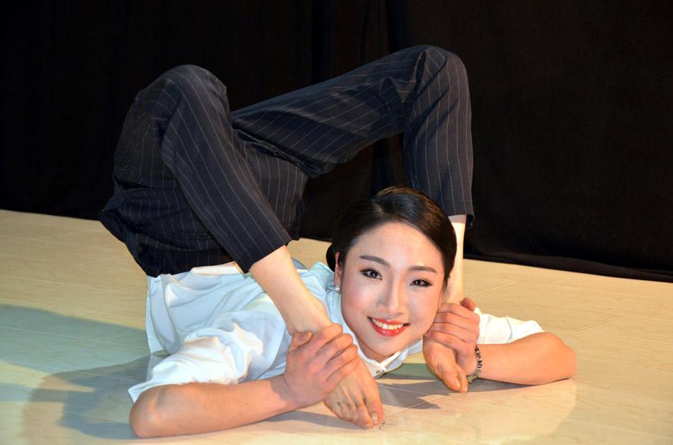 在温岭市的某演艺公司的工作室内,来自安徽的24岁柔术美女刘藤在为某