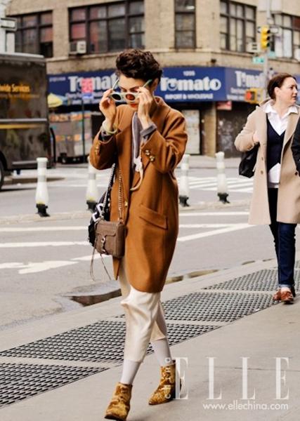 焦糖色外套搭配卡其色锥形裤