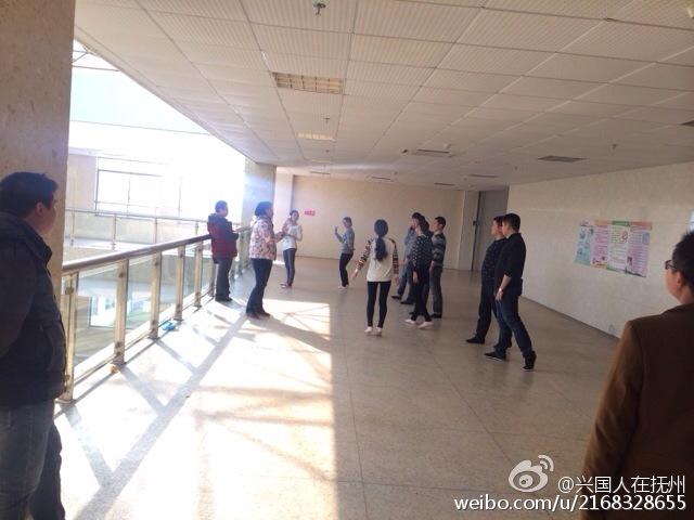 医院职工上班排练节目 孕妇在旁排队等候