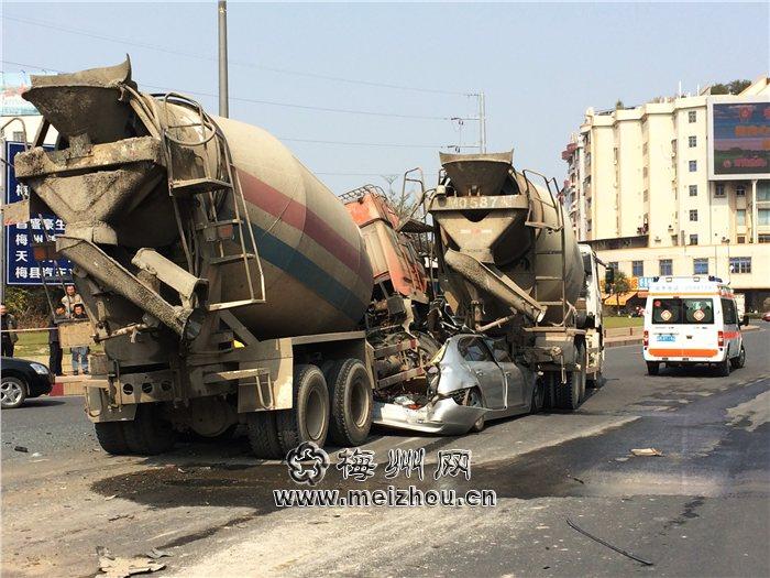 广东梅州:两水泥车把宝马压成饼 - 雷石梦 - 雷石梦(观新闻)