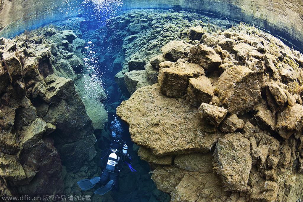 是景色优美的潜水天堂,由于冰岛silfra大裂谷处于北美板块和亚欧板块