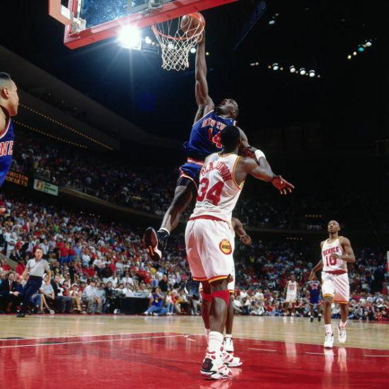 梅森曾经帮助尼克斯杀入过总决赛,但最终输给了火箭 凤凰体育讯 北京时间3月1日,据ESPN报道,前NBA球员安东尼-梅森去世,享年48岁。值得一提的是,在1993-1994赛季效力尼克斯期间,他曾帮助球队进入总决赛,最终尼克斯遗憾输给火箭队。 此前梅森被诊断出患有充血性心力衰竭。尽管他的一个儿子本周早些时候曾表示,梅森在经历心脏手术之后会变得更好,但是从目前来看,安东尼-梅森最终还是没有逃过这一劫。 尼克斯队发言人也向外界证实了梅森去世的消息。在球员生涯中,梅森曾在尼克斯队打了5个赛季,其中在1993-