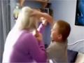实拍英国幼子虐待母亲 猛扇耳光拽头发