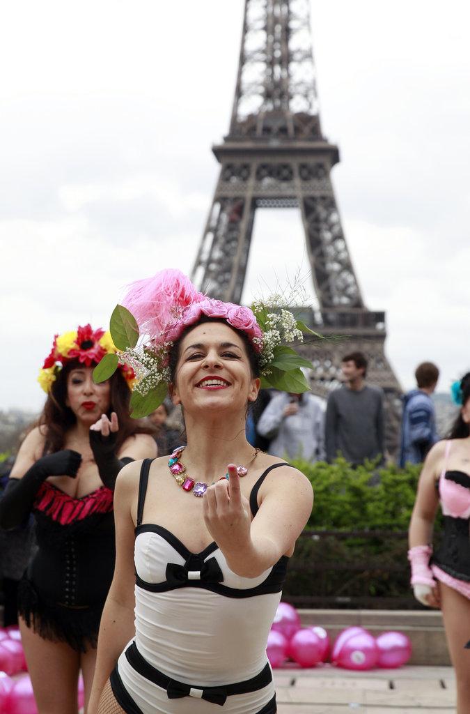 法国:慈善活动女性埃菲尔铁塔下抛内衣
