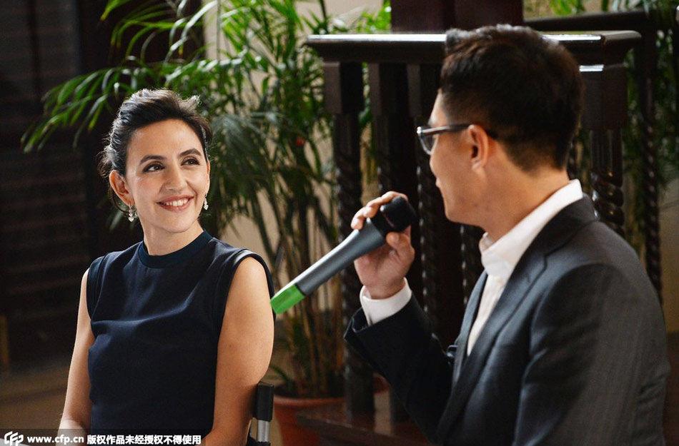 安娜不时与丈夫开心交谈一副小女人的样子可爱十足,在演讲时,刘烨和