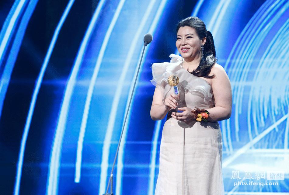 原中国文化部部长蔡武为女高音歌唱家和慧颁奖
