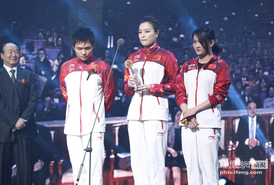 北京奥运城市发展促进会副会长蒋效愚先生为中国跳水队代表颁奖