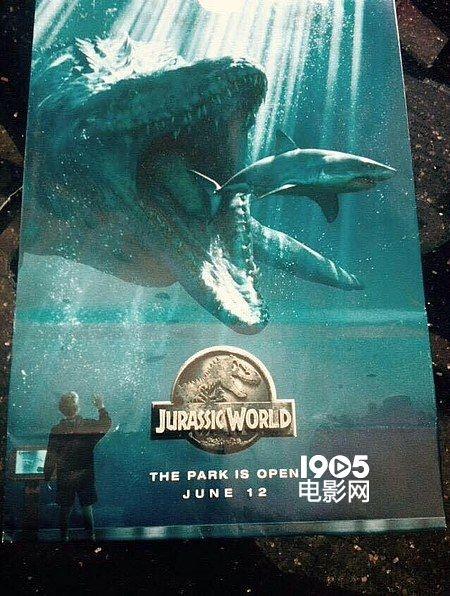 《侏罗纪世界》曝新海报 沧龙张血盆大口吞噬大白鲨