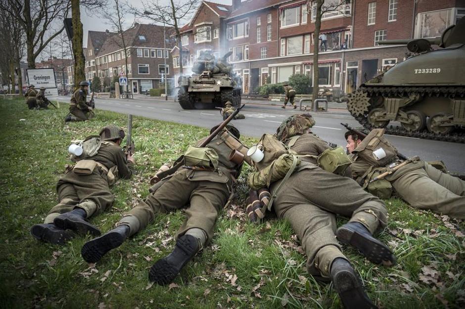 荷兰军迷纪念二战胜利 动用重装备再现市场花园