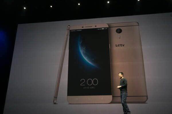 乐视手机 凤凰科技讯 4月14日消息,乐视在北京举行发布会,CEO贾跃亭登台宣讲整场发布会,共发布三款手机产品:乐视超级手机1,乐视超级手机1Pro,乐视超级手机Max,其中MAX的综合配置已达到目前安卓手机最高水平。 三款手机的定价依次为:乐1 1499元,乐1Pro 2499元,乐Max暂未公布。乐视官方称购买手机的用户首年可享受千元的定向流量包,根据地区不同,流量大小不同,最高流量包可达6GB。三款产品都采用了超窄边框设计,搭载了上午新发布的EUI,基于Android 5.